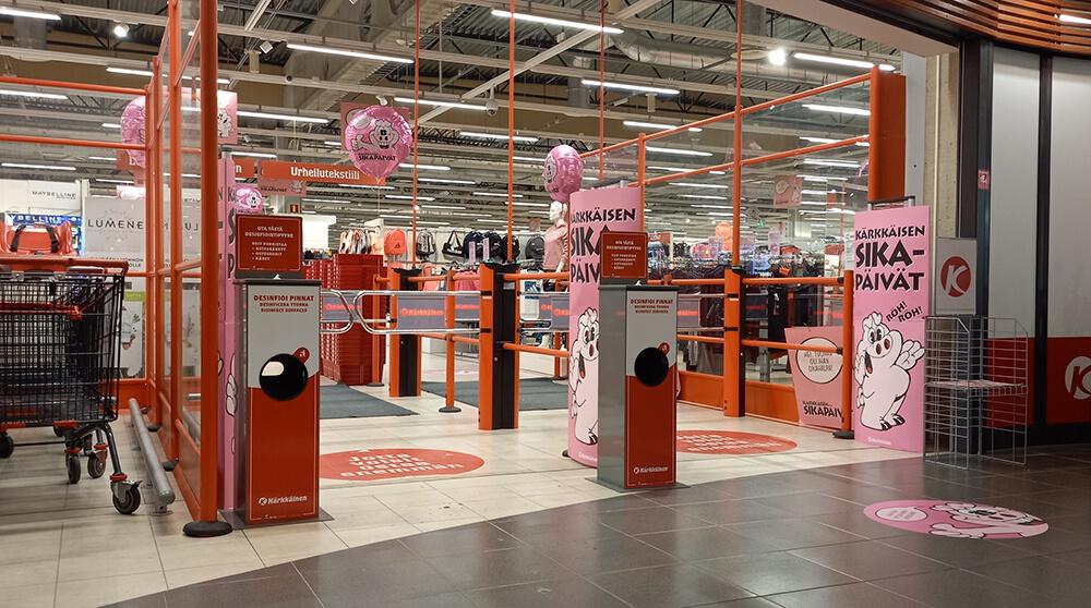 Kärkkäisen tavaratalon sisäänkäynti Sikapäivien aikaan, kuvassa myös Winwipesin desinfiointipyyhetelineet.